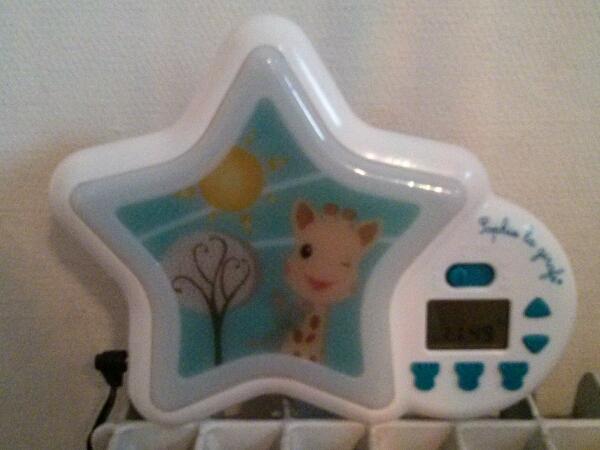 la veilleuse indicateur de r veil sophie la girafe mademoiselle farfalle. Black Bedroom Furniture Sets. Home Design Ideas