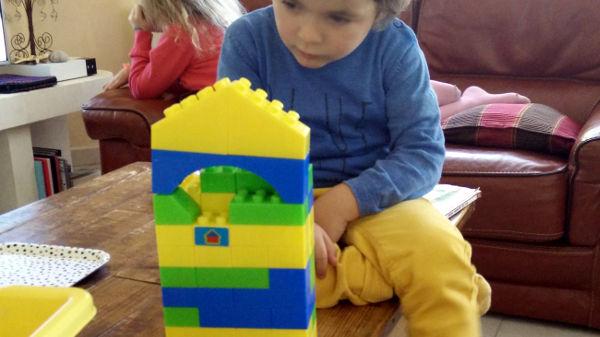petit garçon et cubes