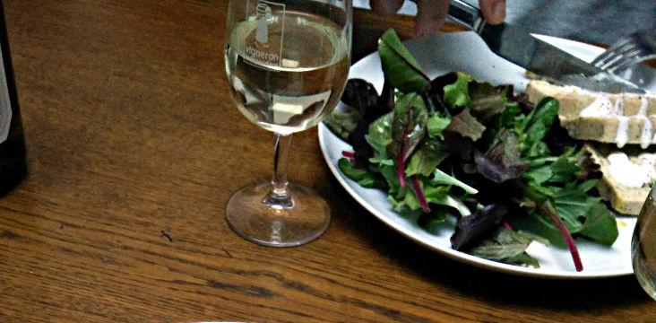 salade et vin blanc